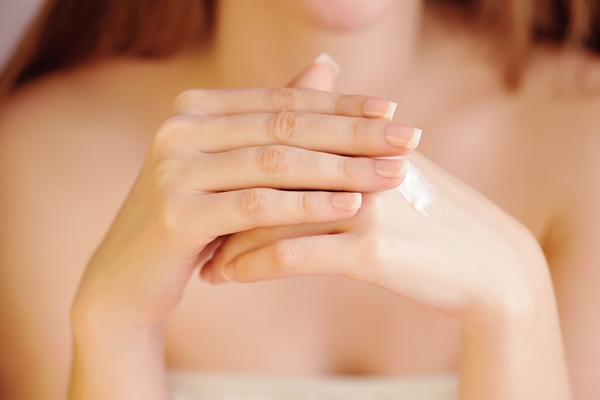 Argan oil helps protect the nails from the damages of using various personal care products.